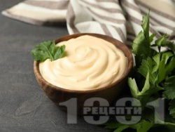 Бял сос за салата цезар с кисело мляко, чесън, майонеза и сирене пармезан - снимка на рецептата